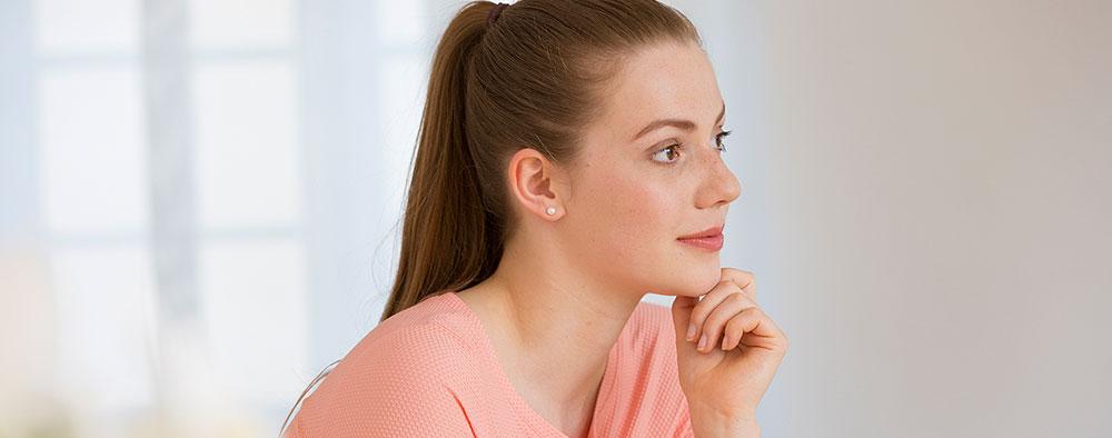 Gynäkologische Beschwerden einer jungen Frau in der Frauenarztpraxis