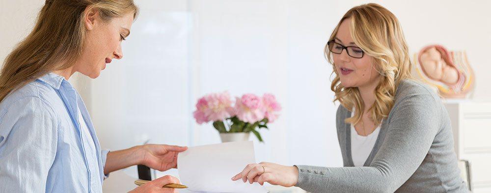 Patientin am Empfang der Frauenarztpraxis GynObermenzing