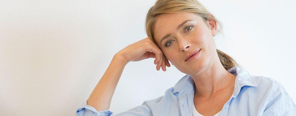 Gynäkologische Vorsorge. Junge Frau in angenehmer Atmosphäre der Frauenarztpraxis