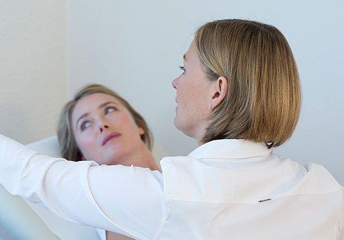 Dr. Frauke Frick mit einer Patientin